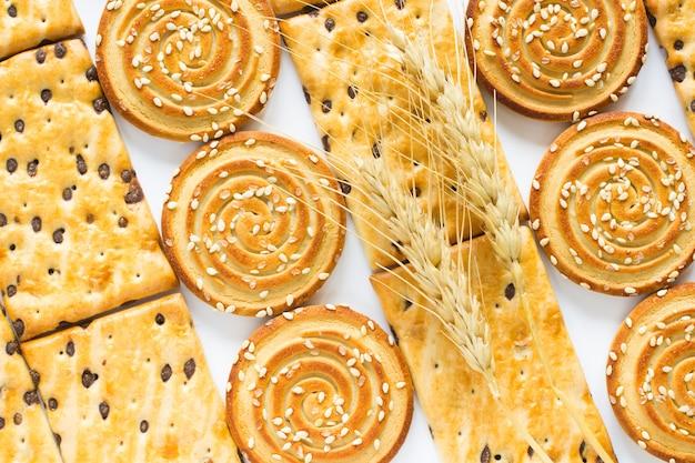 Biscotti rotondi con semi di sesamo. biscotti quadrati con gocce di cioccolato. vista dall'alto