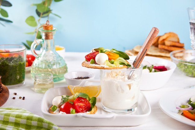 Crostini rotondi con verdure e verdure, insalate fresche sul tavolo da pranzo