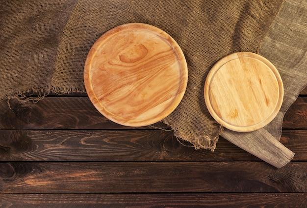 Tavolo In Legno Scuro Per Prodotto Interno In Legno Prospettiva Nero Antico Con Vecchio Tagliere Foto Premium