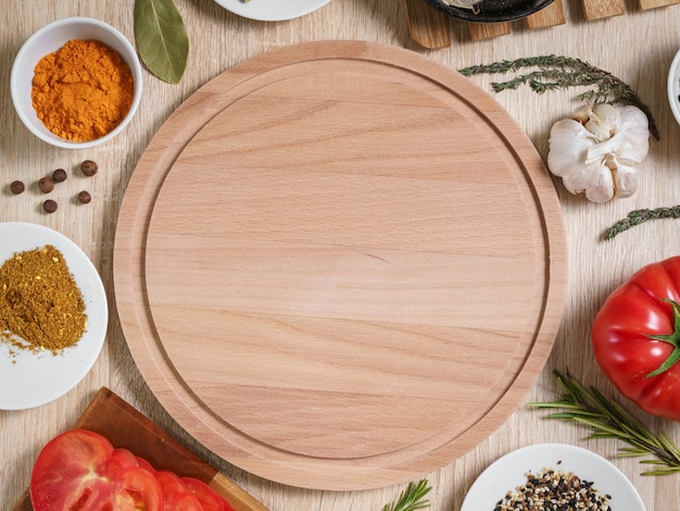 Tagliere rotondo con ingredienti alimentari per cucinare piatti culinari