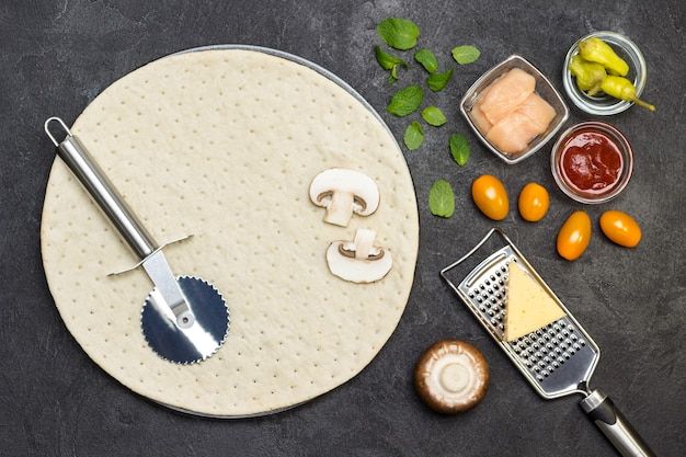 Base tonda per pizza e ingredienti vari