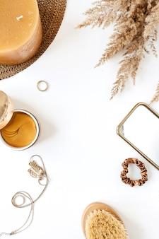 Cornice rotonda fatta di prodotti di bigiotteria femminile e lifestyle di bellezza moda su bianco