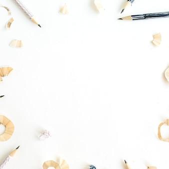 Cornice rotonda di matite e trucioli sulla superficie bianca