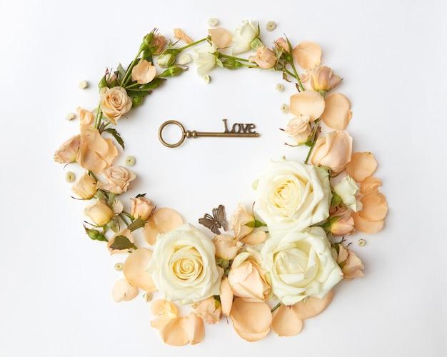 Cornice rotonda di rose nel mezzo della chiave del cuore, concetto di san valentino.