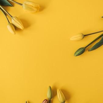 Ghirlanda cornice rotonda fatta di fiori di tulipano giallo su giallo