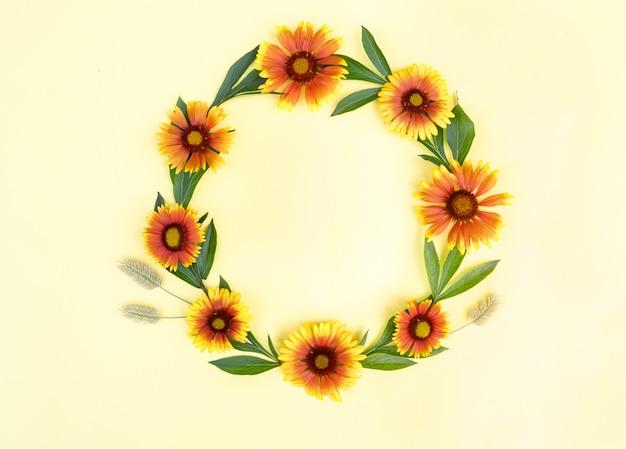 Cornice rotonda di fiori giallo-arancio su sfondo chiaro. composizione floreale. spazio per il testo, disteso. sfondo primavera.