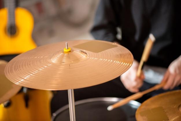 Piatto rotondo di colore dorato come parte della batteria