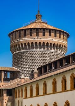 Torre di guardia rotonda del castello sforzesco di milano, italia