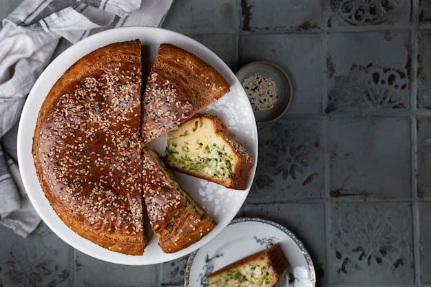Torta rotonda fatta in casa con cipolle verdi e uova