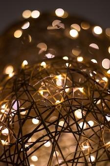 La lampadina rotonda brilla nell'oscurità.