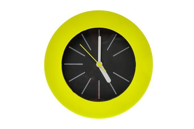 Orologio moderno rotondo con striscia bianca, lancette gialle che puntano al centro possiedono l'ora, le cinque del pomeriggio o del mattino. la parte centrale dell'orologio è nera circondata da una fiamma circolare verde. isolato su bianco