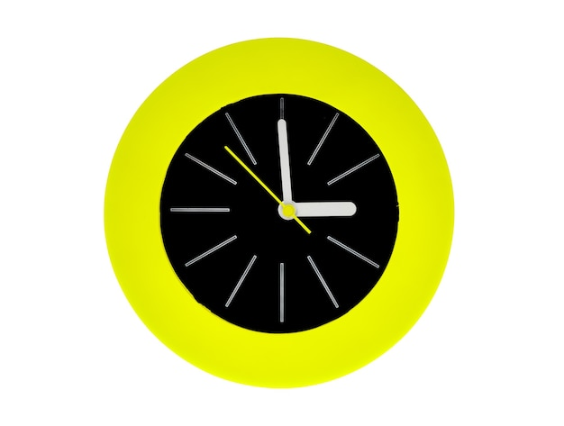 Orologio moderno rotondo con striscia bianca, lancette gialle che puntano al centro possiedono l'ora, le tre del pomeriggio o del mattino. la parte centrale dell'orologio è nera circondata da una fiamma circolare verde. isolato su bianco.