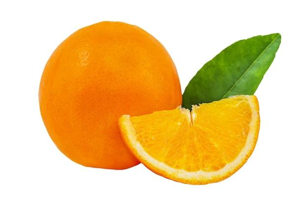 Arancia rotonda e fetta isolata su fondo bianco
