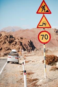 Limite di velocità del segnale stradale rotondo (70 km all'ora) sulla strada nelle montagne di altai