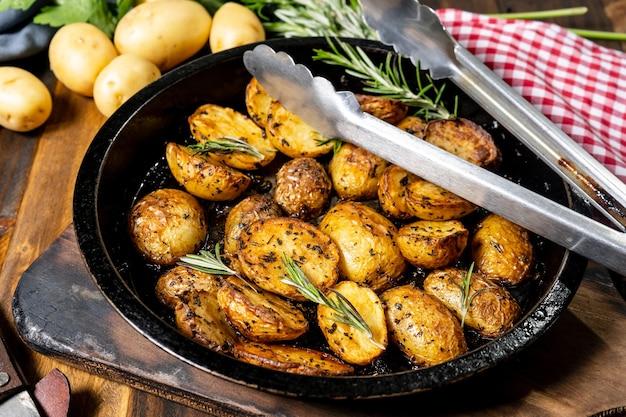 Teglia tonda con deliziose patate arrosto con erbe fresche e naturali