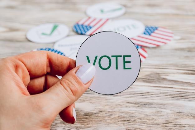 Adesivi rotondi con bandiera usa e simboli elettorali. concetto di elezioni 2020. messa a fuoco selettiva
