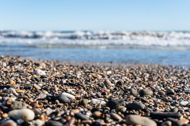 Pietre rotonde sulla spiaggia