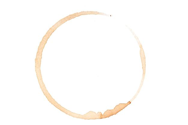Traccia rotonda di caffè versato isolato su sfondo bianco