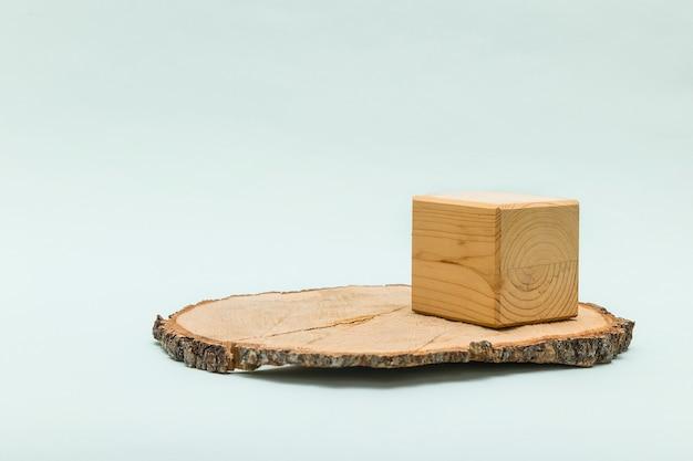 Forma cilindrica tagliata a sega circolare in legno e scatola cubica per prodotto ecologico.
