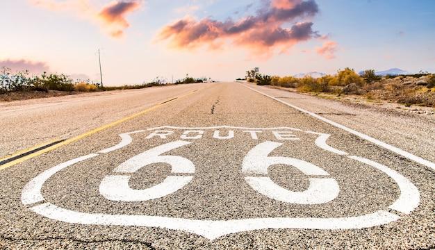 Segnale stradale di route 66 con il fondo del cielo blu. strada storica senza nessuno. classico concetto di viaggio e avventura in chiave vintage.