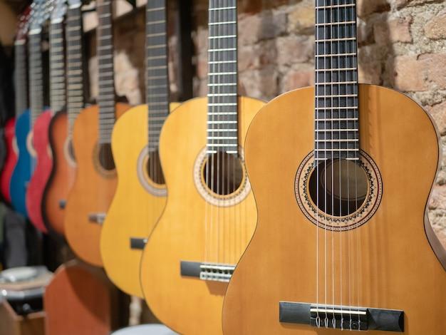 Una fila di chitarre acustiche al negozio di musica