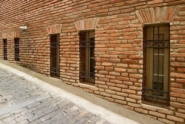 Fila di belle finestre sul vecchio muro di mattoni