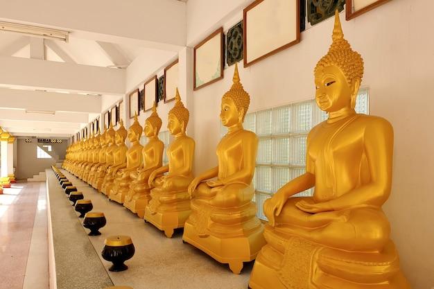 La fila della statua del buddha al tempio thait provincia di angthong thailandia