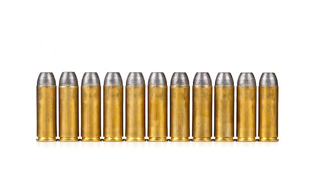 Fila di proiettili su sfondo bianco