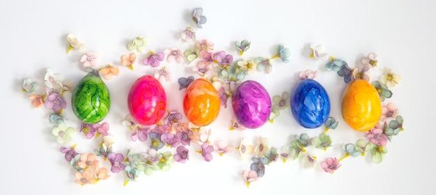 Fila di uova di pasqua dipinte colorate