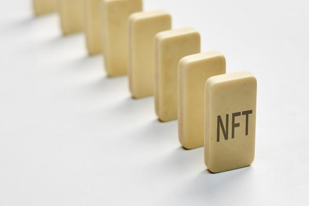 Una fila di domino e l'effetto nft della tecnologia nft sull'impatto del mercato finanziario di nft sull'arte globale...
