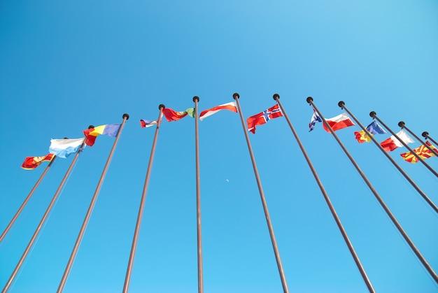 Fila di bandiere europee contro il cielo blu