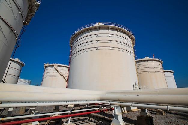 Fila di grandi carri armati bianchi per petrolio e gas dell'oleodotto