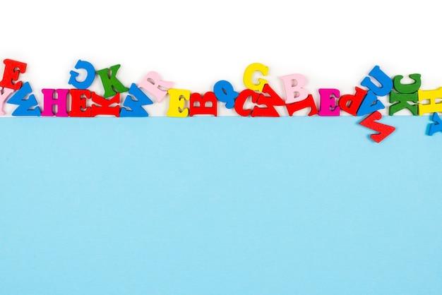Fila di lettere multicolori isolate su uno sfondo bianco. copia spazio. portafoto.
