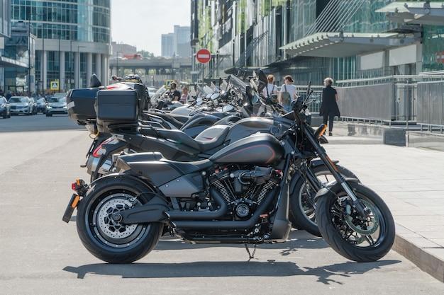 Fila di moto parcheggiate nella scena della città