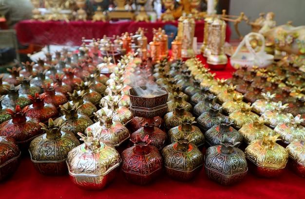 Fila di forma di melograno bruciatori di incenso per la vendita al mercato di vernissage a yerevan, armenia