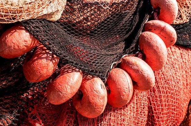 Una fila di galleggianti da pesca rossi su una rete da pesca