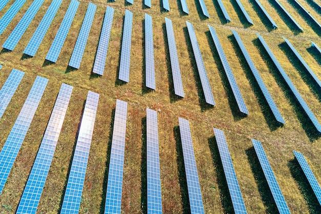 Fila di pannelli solari nel campo. fattoria di batterie solari, vista aerea. concetto di energia rinnovabile alternativa