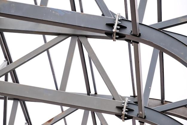Fila di struttura metallica di sostegno del tetto dello stadio. sfondo in acciaio industriale.