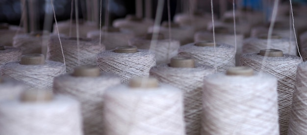 Fila di fili tessili
