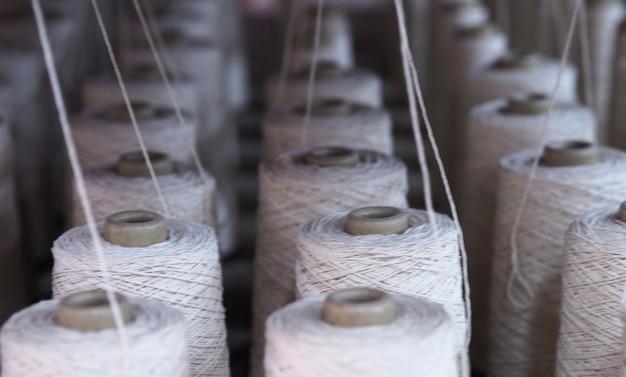 Una fila di tubi dell'industria tessile nelle fabbriche