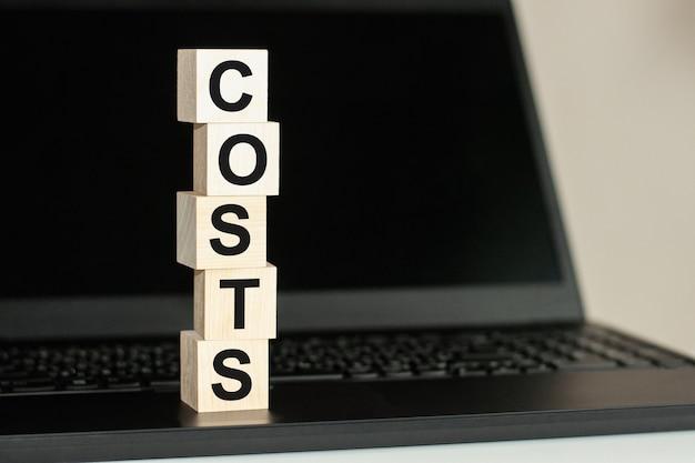 Una fila di cubi di legno con una parola tesoro scritta in caratteri neri si trova su una tastiera nera. accumulare il testo scritto sul blocco di legno sulla tastiera del computer su sfondo nero. concetto di affari.