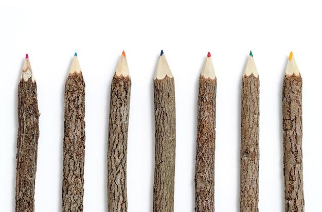 Riga delle matite di legno su priorità bassa bianca isolata.