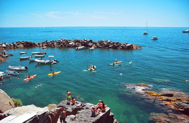 Canottaggio nel mar mediterraneo al largo di monterosso