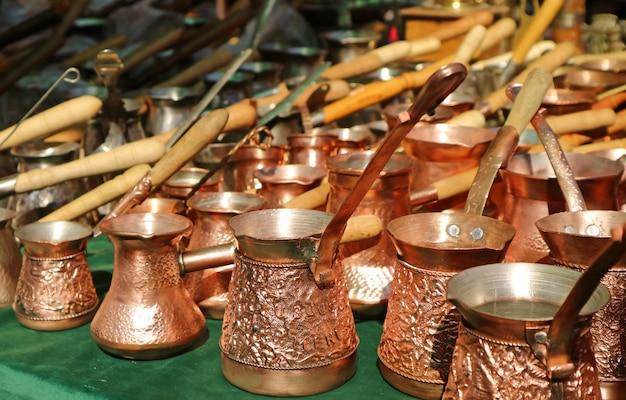 Righe di caffè armeno caldaie visualizzato in un negozio al mercato locale di yerevan, armenia