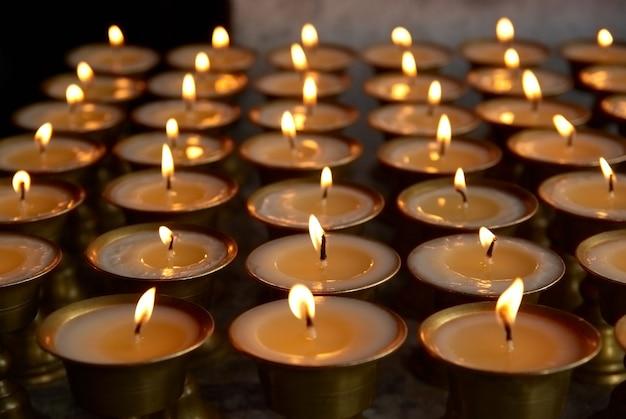 File di candele nel tempio indiano
