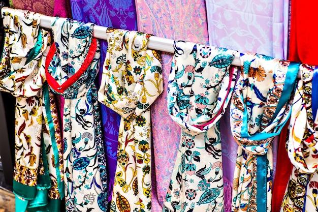 Righe di colorate sciarpe di seta appese a una bancarella del mercato a istanbul, turchia