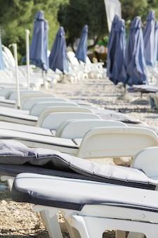 Righe vuote di sedie a sdraio sulla spiaggia, supetar, isola di brac, croatia