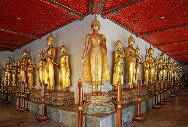 File di immagini del buddha d'oro lungo i chiostri del tempio di wat pho a bangkok