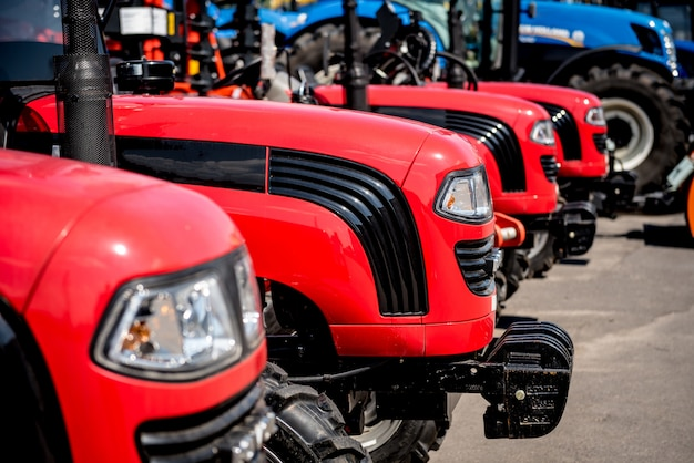 Righe di trattori moderni. dettagli industriali. agricolo