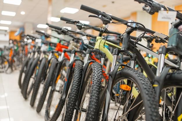 File di mountain bike nel negozio di articoli sportivi